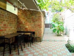 Трехкомнатный дом со своим двором и гаражом,  без хозяев,  в Феодосии.