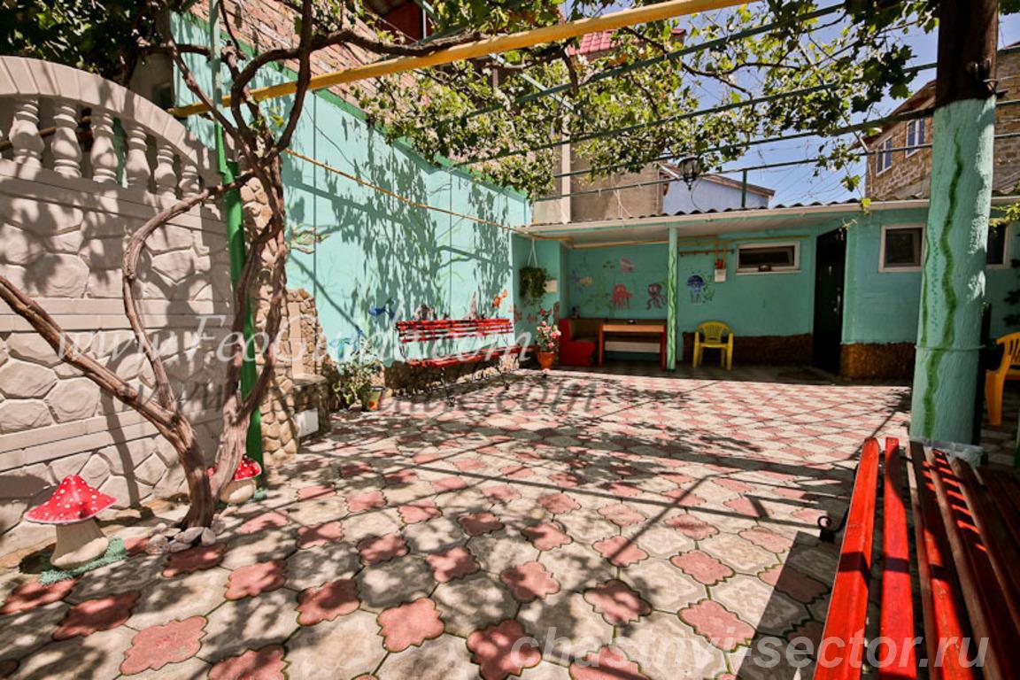 Двух комнатный дом с отдельным двором,  в центре Феодосии +79787433813
